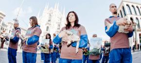 Pasqua: Protesta al duomo di Milano contro la strage degli agnelli