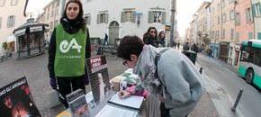 tavolo informativo a Brescia contro pellicce e allevamenti di visoni