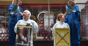 Azione davanti a Eataly per chiedere stop al Foie Gras