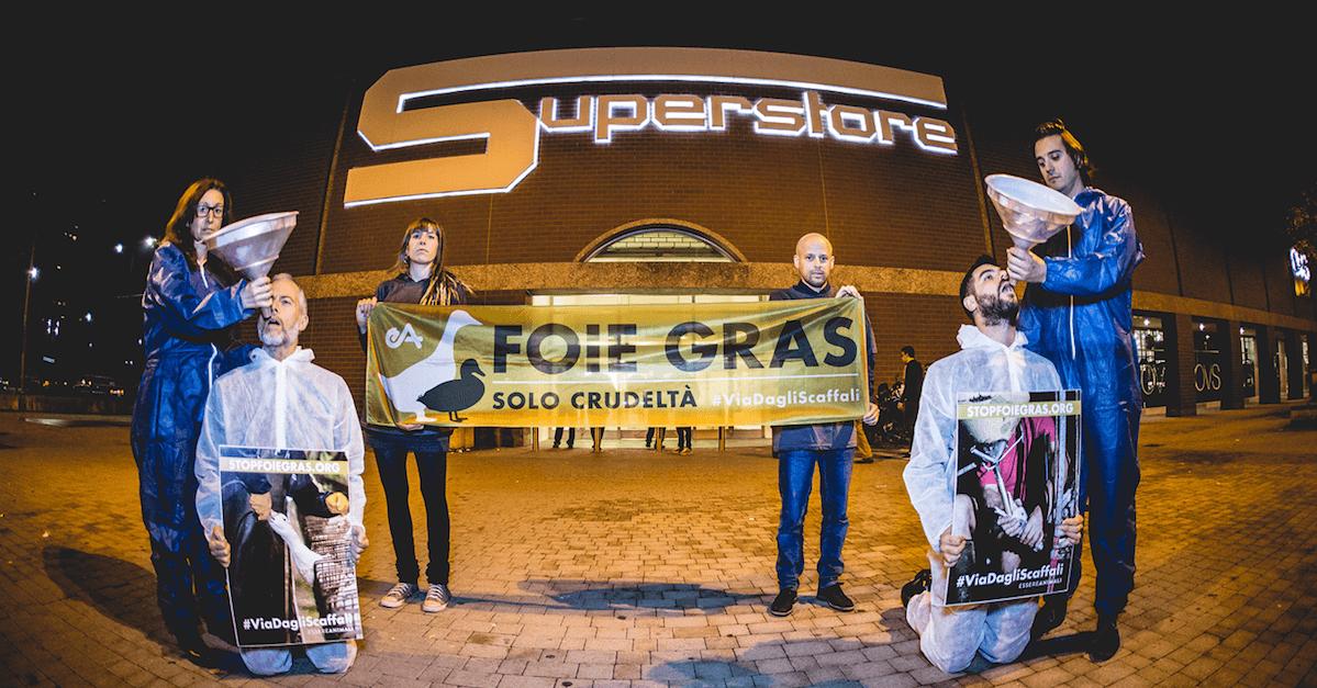 protesta contro foie gras dentro esselunga