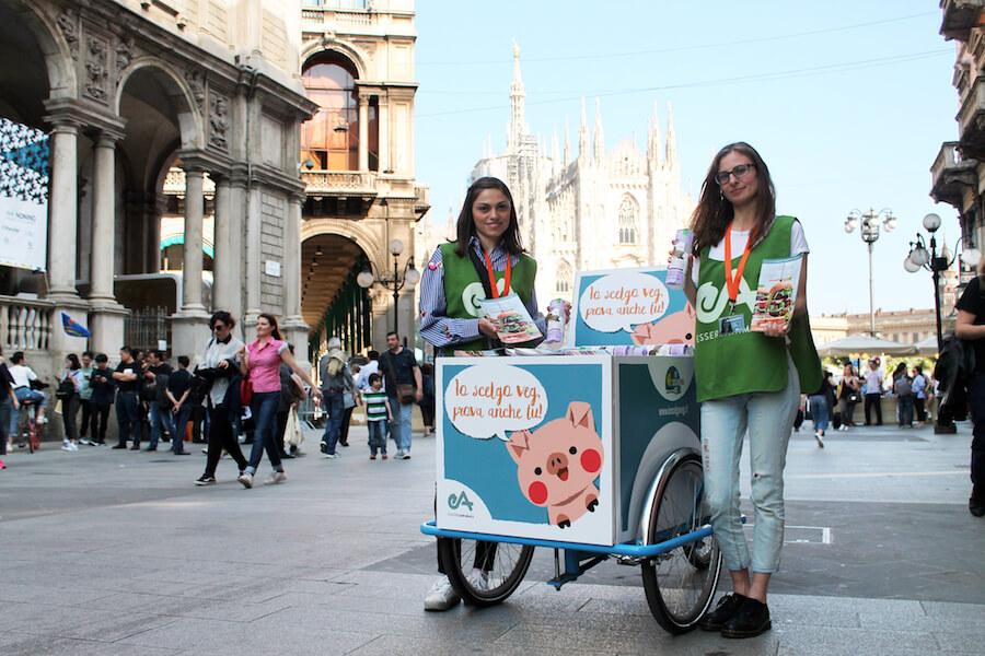 azione di sensibilizzazione su scelta vegana a Milano