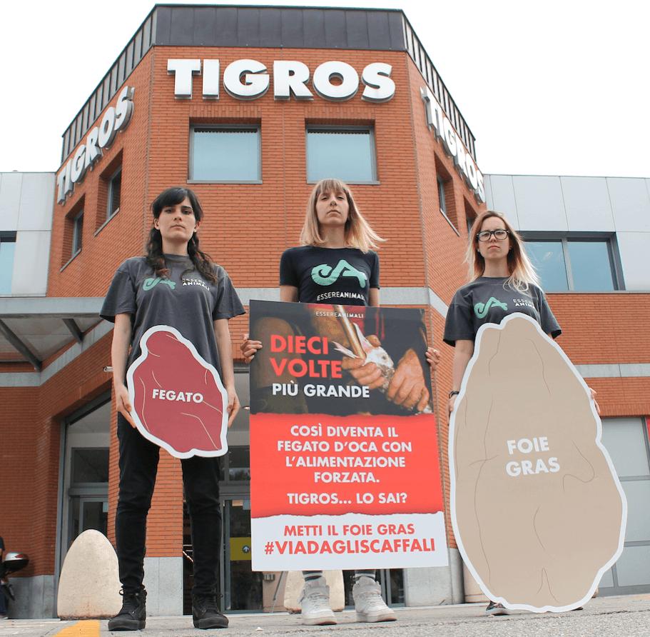 protesta di Essere Animali campagna #ViaDagliScaffali contro il foie gras