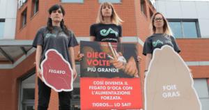 Davanti agli uffici Tigros per chiedere stop alla vendita di foie gras