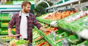 Rapporto Coop: gli italiani mangiano meno carne e più frutta e verdura