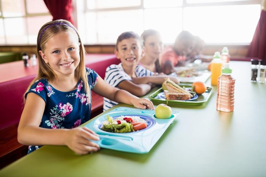 Bambini che assumono un'alimentazione sostenibile