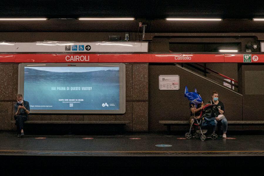 poster nella metro cairoli di milano
